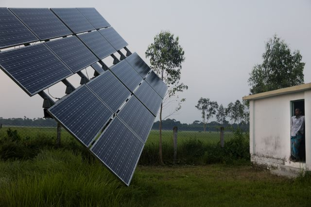 Solar pump operator in Bangladesh. Flickr/World Bank Group