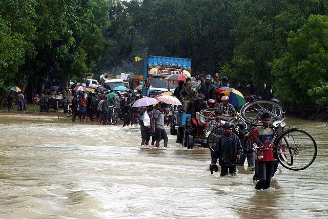 Citizens flee floods in Sri Lanka. Photo by trokilinochchi/Wikimedia Commons.