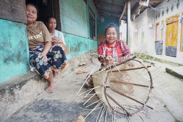 Weaving in Gajah Bertalut. Photo by Carolina Astri, WRI