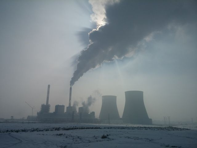 Smog from a Chinese coal plant. Photo by Xiaoliang Yang/WRI