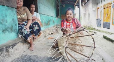 Weaving in Gajah Bertalut. Photo by Carolina Astri, WRI