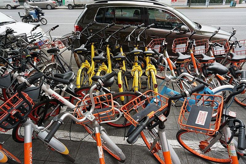 <p>Bikeshares packed on the sidewalk. Wikimedia/Ctny</p>