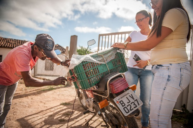 <p>The fruit comes to a local processing plant by motorcycle. Photo by Luiz Fernando Ricci/WRI Brasil</p>