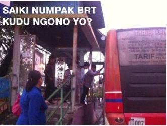 <p>Salah satu peserta kompetisi meme di Semarang memperlihatkan seorang wanita yang memutuskan untuk tidak naik BRT, karena jarak seberang antara bus dan halte terlalu jauh. Kredit: GIZ</p>