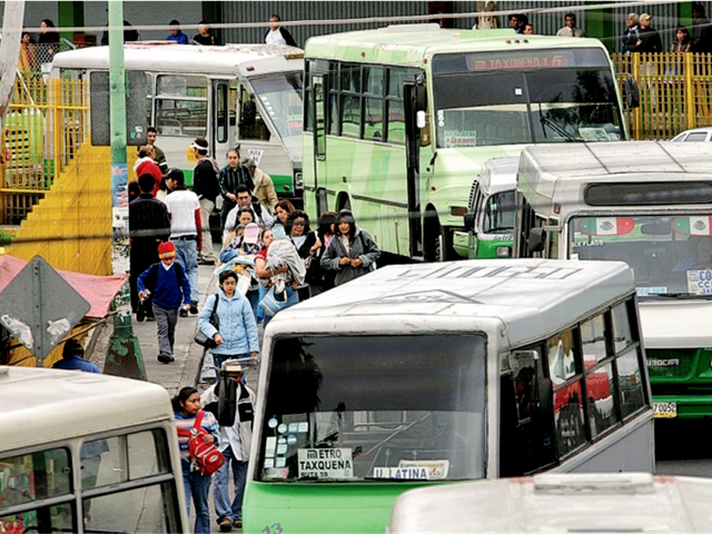 <p>Mexico City currently has more than 29,000 microbuses in operation. Most of these are more than 20 years old and are major contributors to traffic congestion and air pollution. Photo by EMBARQ Mexico.</p>