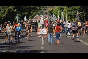 Cyclists and pedestrians in the street on a Sunday in Guadalajara. Photo: Via RecreActiva Guadalajara