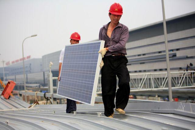 Instalación de paneles solares fotovoltaicos en los techos de la Terminal de Ferrocarriles de Pasajeros de Hongqiao en Shanghai, China.