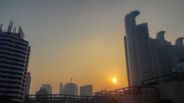 Haze of air pollution over Bangkok sunrise. Flickr/Uwe Schwarzbach