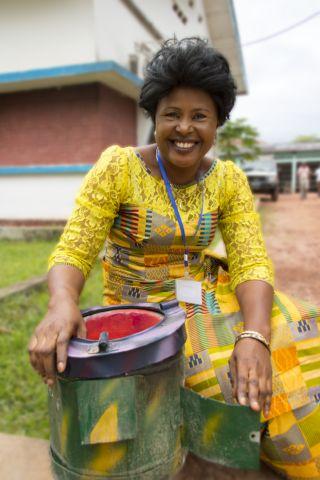 À Mbandaka, en République Démocratique du Congo, Claudine Biongo avec une cuisinière écoénergétique. Photo par Molly Bergen/WCS, WWF, WRI