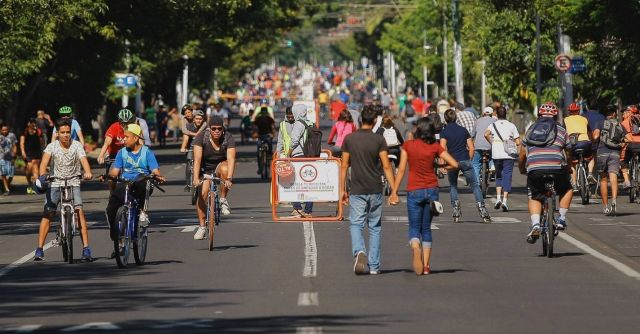 Cyclists and pedestrians in the street on a Sunday in Guadalajara. Photo: Via RecreActiva Guadalajara