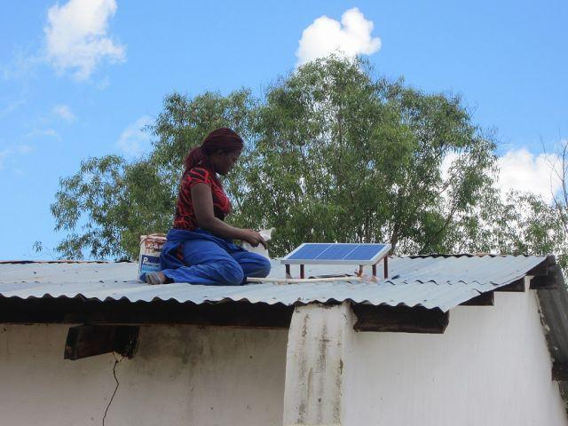 在屋顶上屋顶上的太阳能电池板