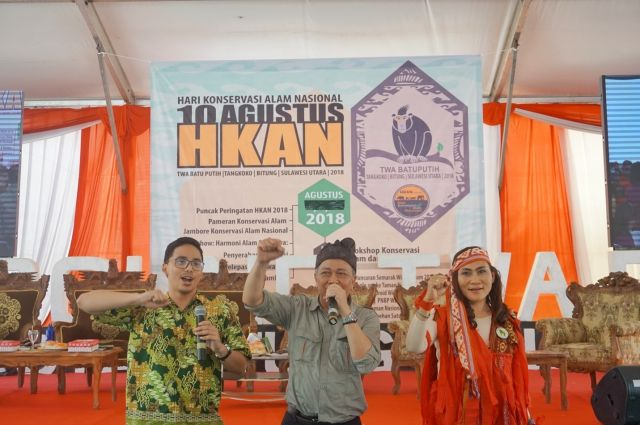 Satrio Adi Wicaksono (WRI), Wiratno (Director General for Natural Resources and Ecosystem Conservation), and Khouni Lomban Rawung (Ambassador for Celebes crested macaque conservation), at the National Conservation Day Celebration. Credit: WRI Indonesia