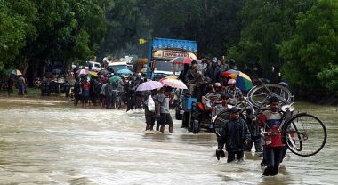 Citizens flee floods in Sri Lanka. Photo by trokilinochchi/Wikimedia Commons.