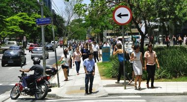 Sao Paulo is partnering with private companies to reduce the number of cars on the road, making streets more people-oriented. Photo by Mariana Gil/EMBARQ Brasil