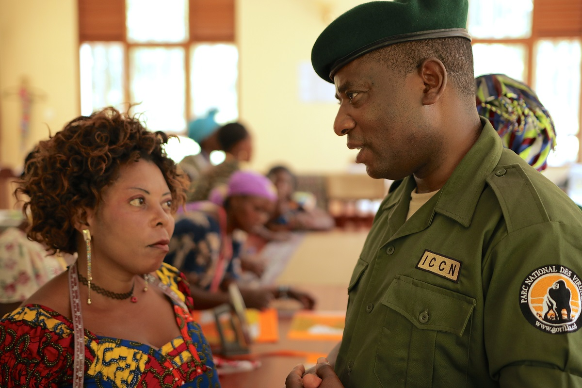 <p>Rodrigue parle avec des veuves dont les maris ont été tués par des braconniers et des rebelles. Photo par Goldman Environmental Prize</p>