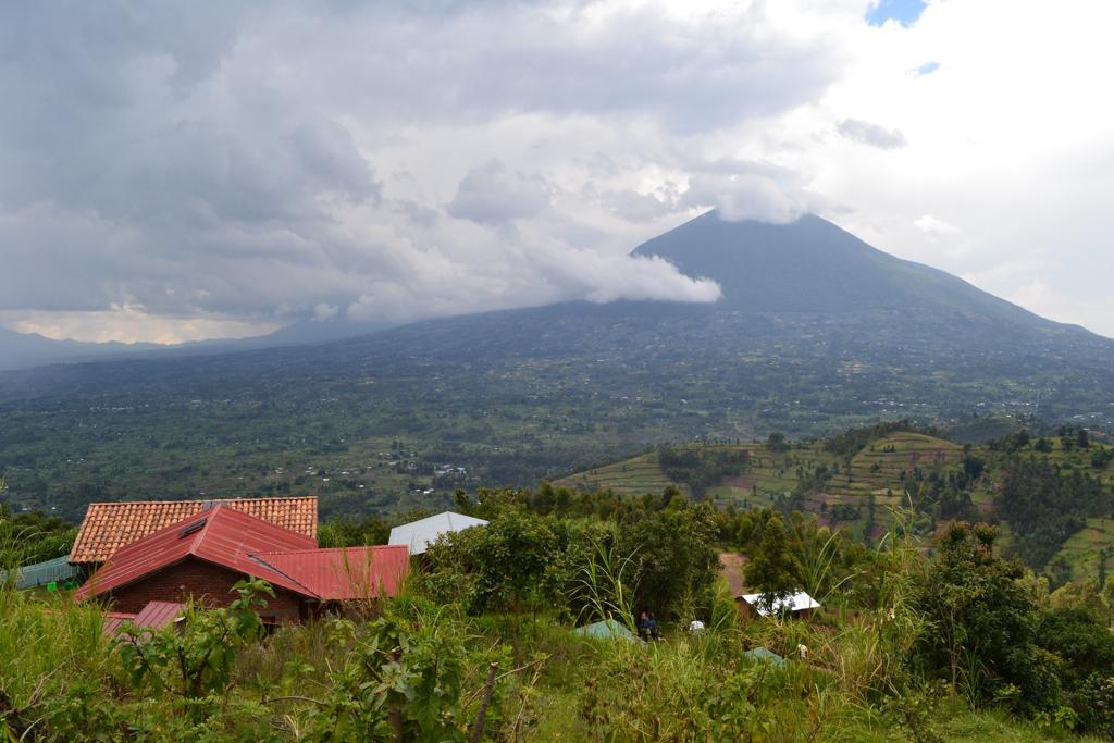 <p>Mount Muhavura viewed from Virunga Lodge. Photo par Francois Terrier/Flickr</p>