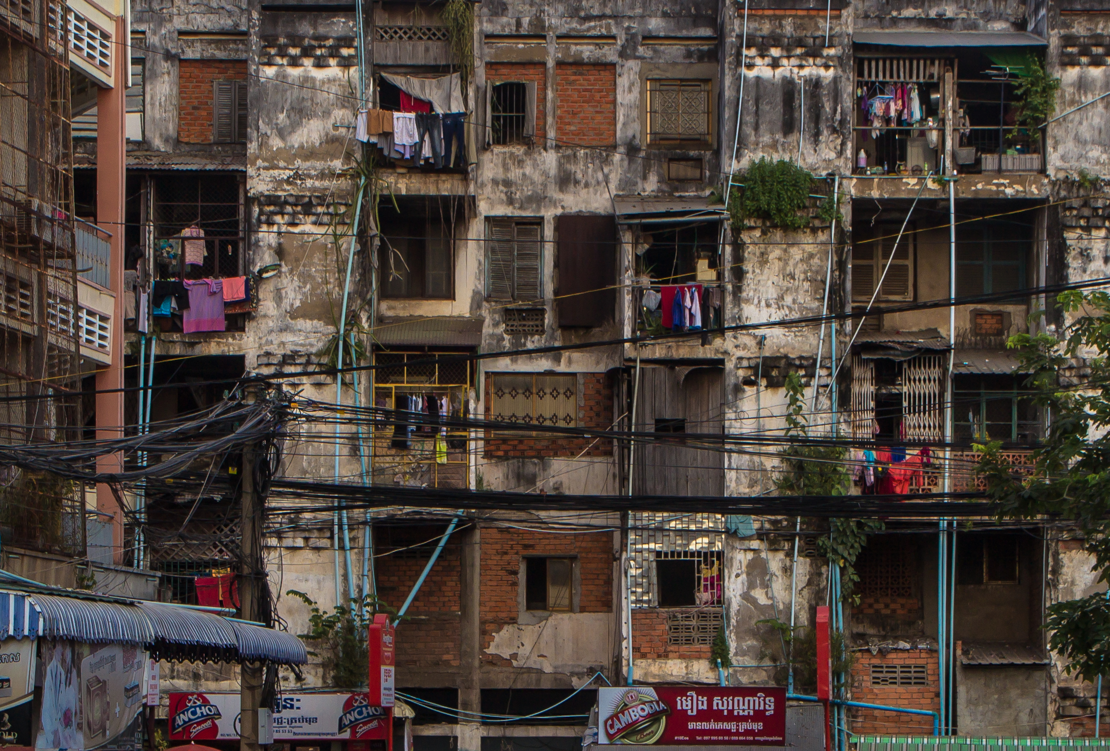 <p>An unfinished housing project now densely occupied in Phnom Penh. Flickr/Jonas Hansel</p>