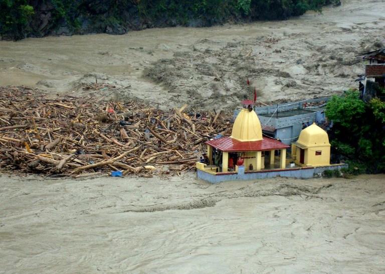 <p>Debris carried towards a temple in Uttarakhand, India in 2013 by floods. Flickr/Diariocritico de Venezuela</p>