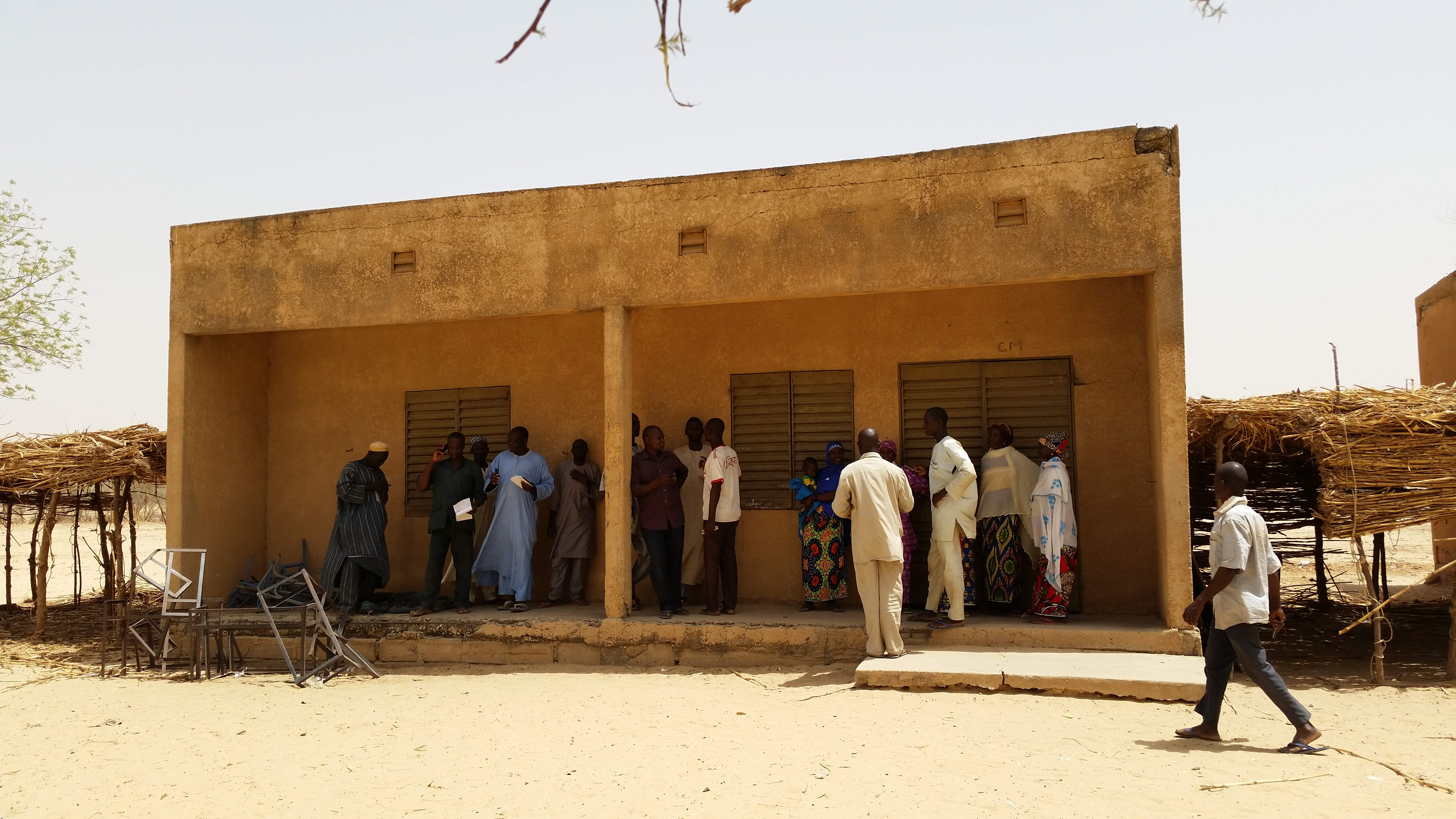 <p>Villagers from Bakabé line up to speak with Mati and Malam about how to begin practicing farmer-managed natural regeneration on their farms. Photo: Salima Mahamoudou.</p>