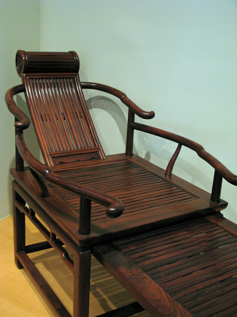 <p>An example of hongmu furniture. Photo by Fresche/Wikimedia Commons</p>