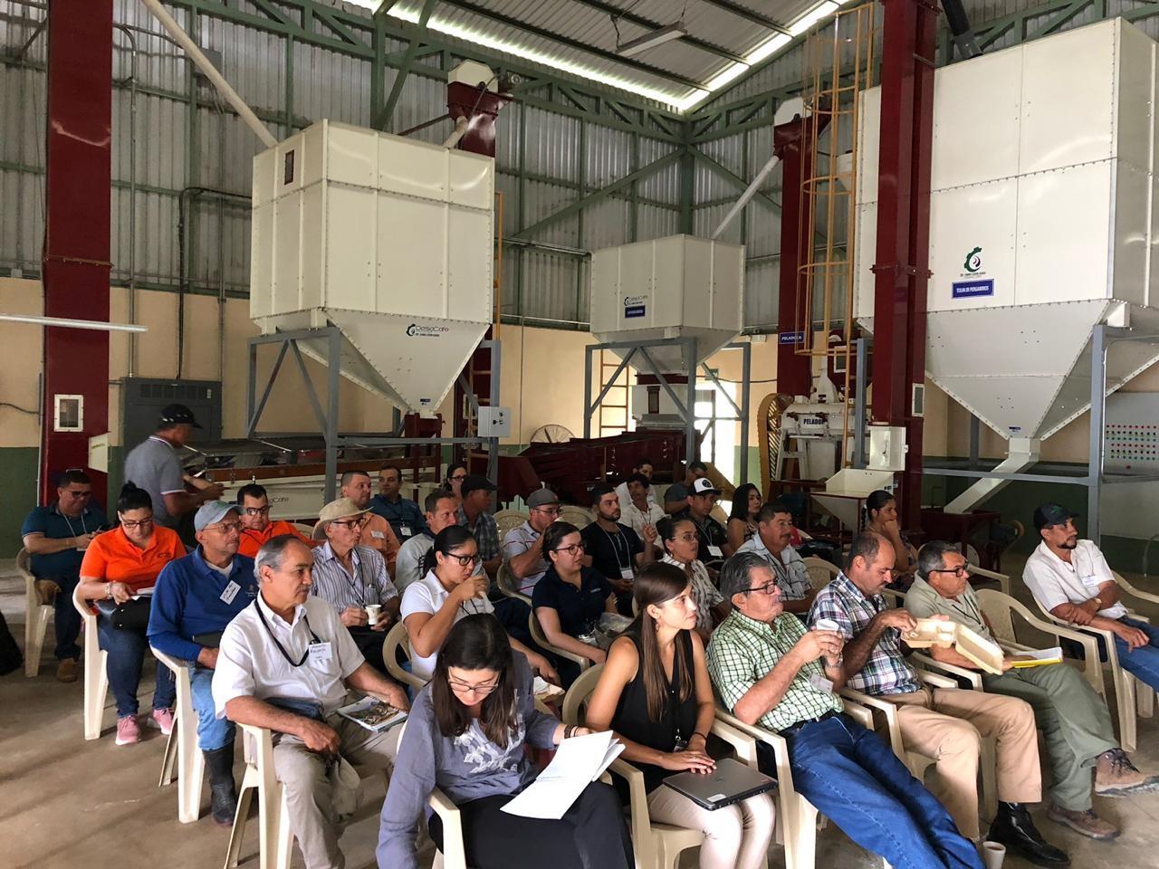 <p>Caficultores en Coto Brus, Costa Rica se reúnen en una nueva planta de alistado, gestionada por una asociación de productores. Fotografía: Adriana Gómez Castillo</p>