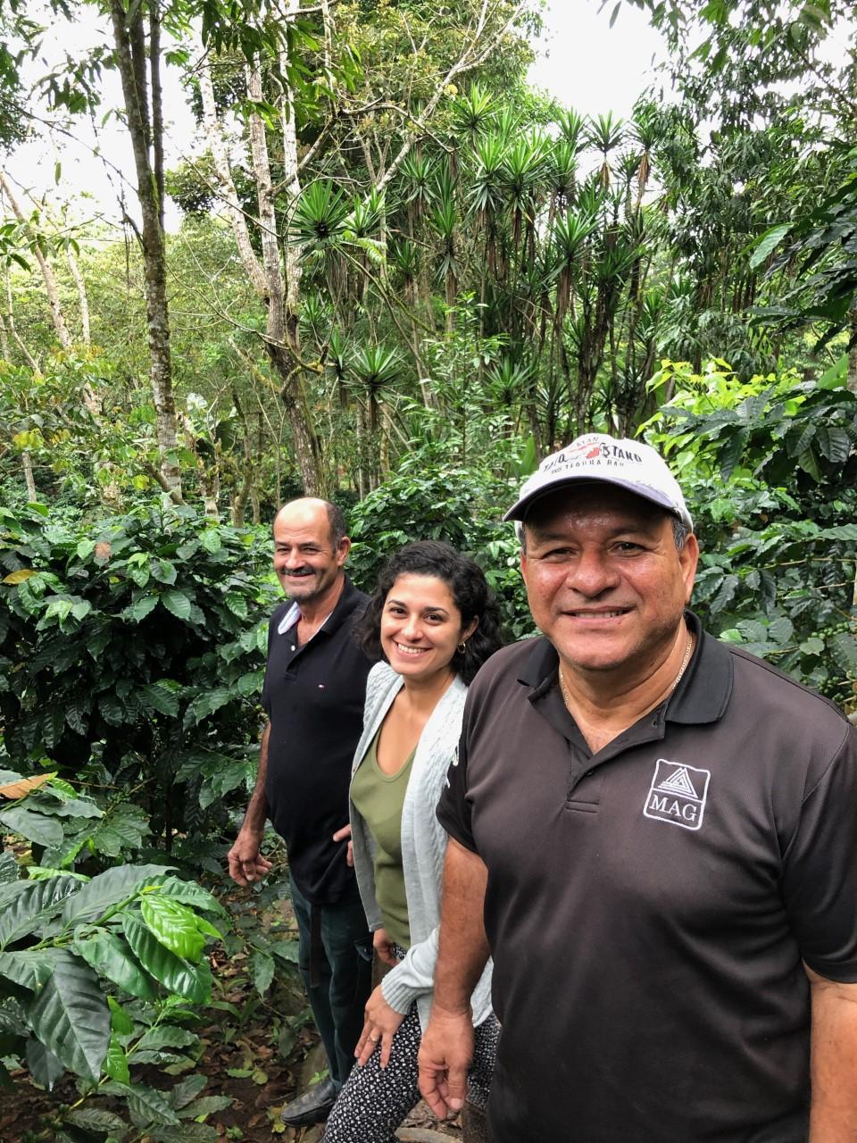 <p>Don Roberto Jiménez y su hija, Jacqueline, nos guían por su finca junto a Luis Fernando Haug, extensionista del Ministerio de Agricultura. Fotografía: Stefanie Tye</p>