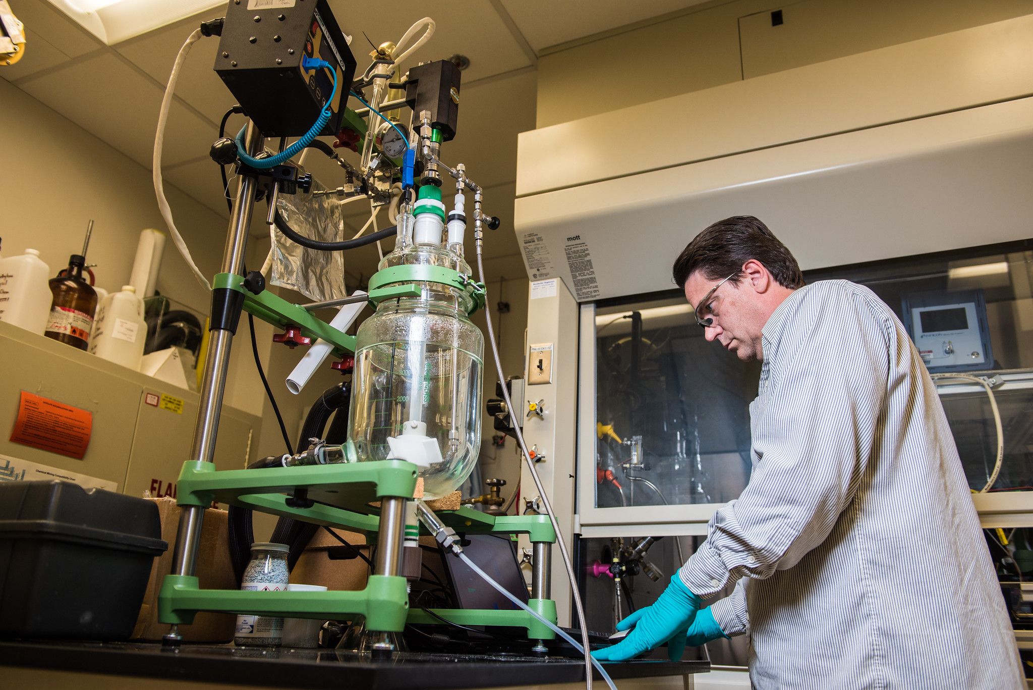 <p>A scientist works on chemicals that can capture CO2 from the air. Photo by U.S. Department of Energy/Flickr.</p>