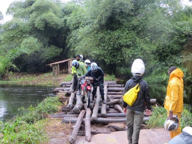 <p><em>Le transport dans le bassin central du Congo est compliqué par d\'innombrables points de traversée comme celui-ci dans la province de Tshuapa. L\'acheminement des biens et des personnes à destination et en provenance des marchés constitue un énorme défi de développement. Photo de Theodore Trefon</em></p>