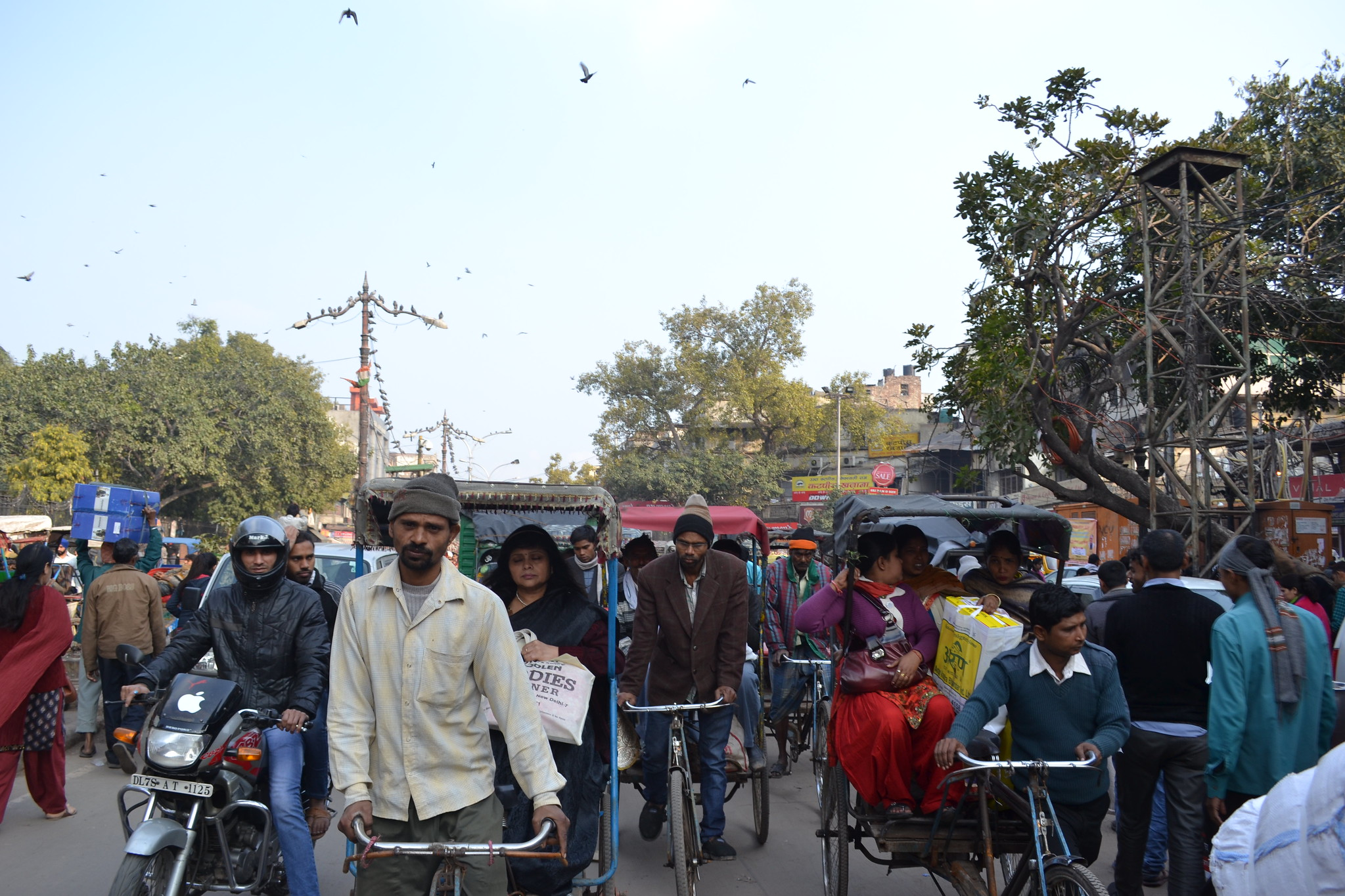 <p>Delhi\'s informal paratransit providers, including low-emissions and shared rides like pedicabs and minibuses, are part of the solution to the city\'s air quality problems. Photo by James Anderson/WRI.</p>