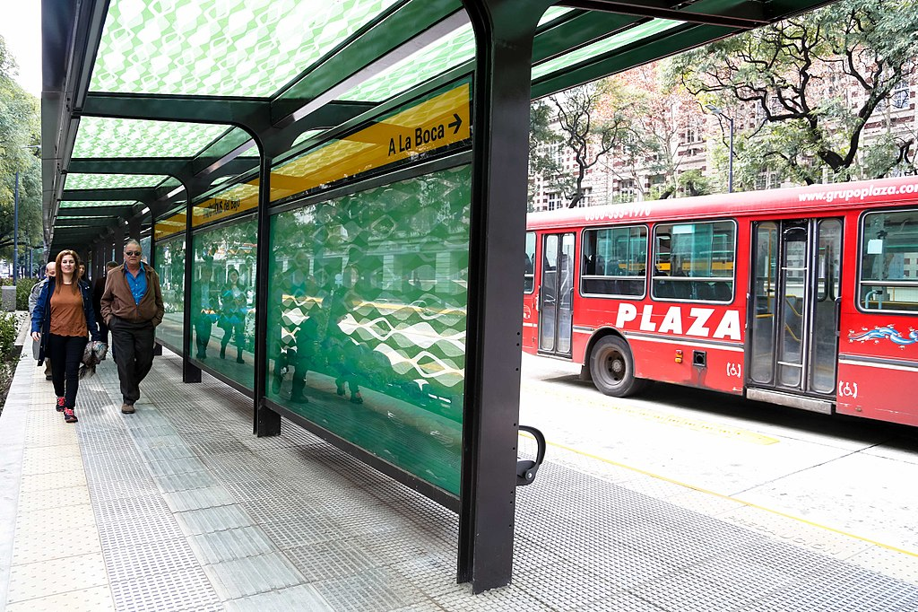 <p>Improved buses and stations in Buenos Aires encourage residents to choose low-carbon public transport, even as temperatures rise. Photo by Government of Buenos Aires City.</p>