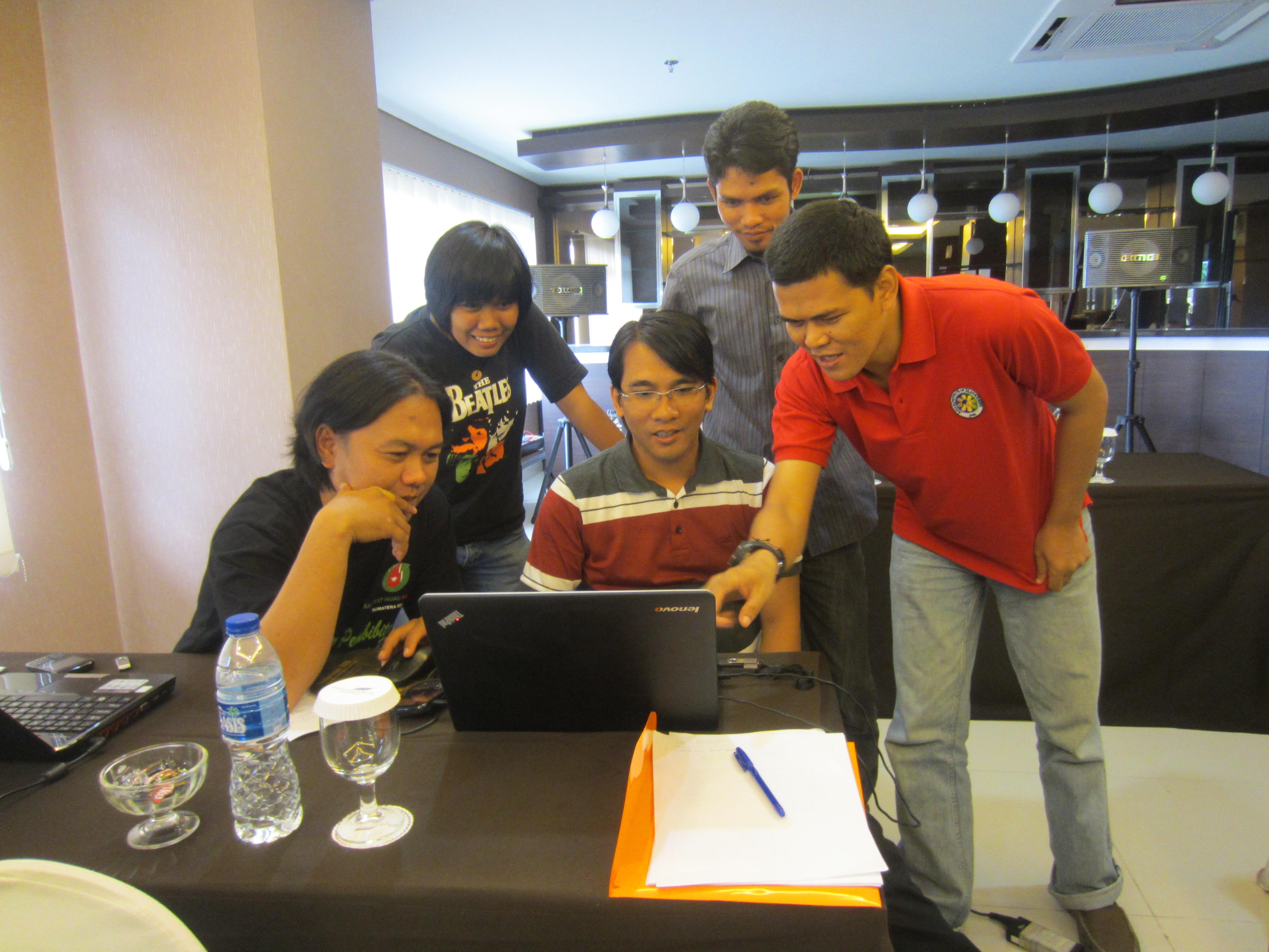 <p>Kiri-ke-kanan: Esa, Tiko, Rachmat, Hairul, dan Iriana, teknisi lapangan dari NGO di Indonesia yang mendukung komunitas masyarakat yang tergantung pada hutan di seluruh Indonesia, berlatih bagaimana menggunakan analisis GIS untuk memperkuat usaha mereka, selama pelatihan GIS yang dibuat oleh WRI, September 2013. Foto: WRI</p>