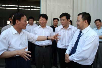 <p>Beijing mayor Wang Qishan (left) and Shenwu chairman and founder Wu Daohong (right)</p>