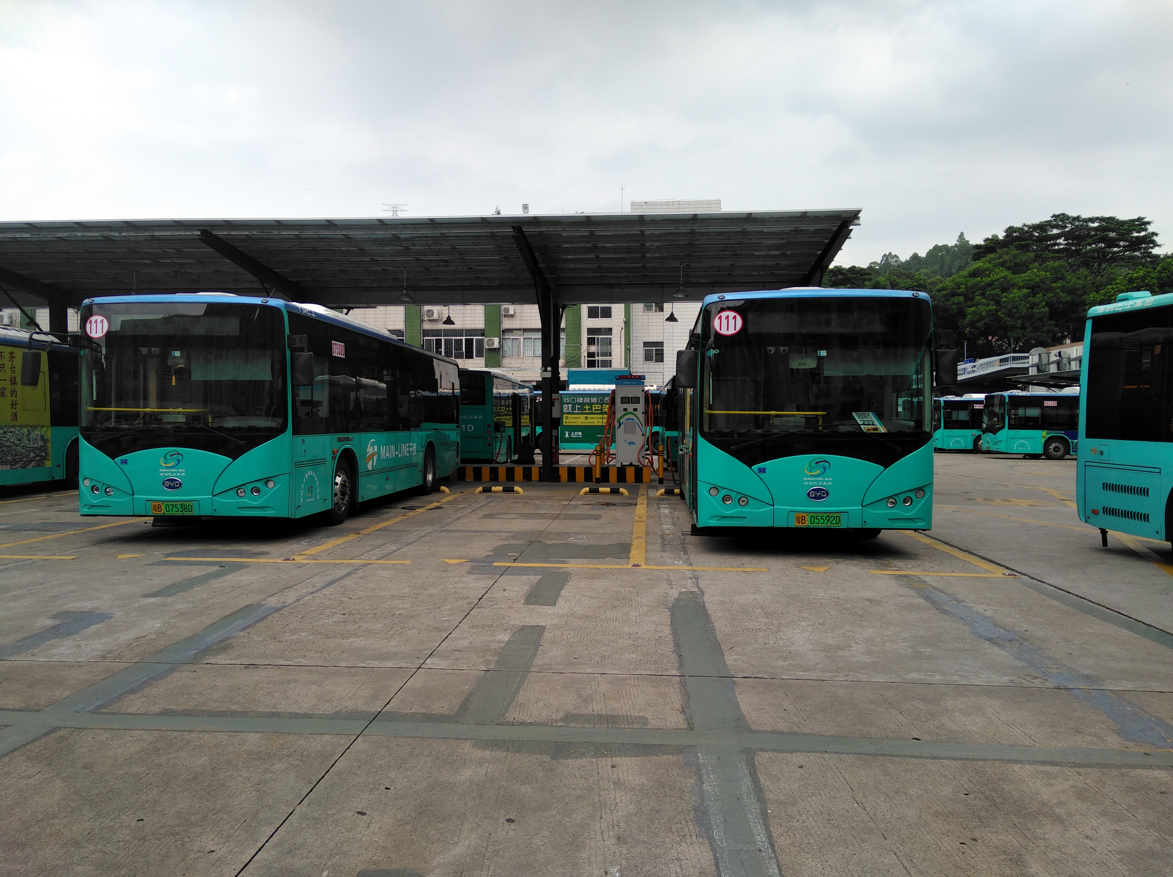<p>Electric charging stations for buses in Shenzhen, China. Photo by Lu Lu/WRI China</p>